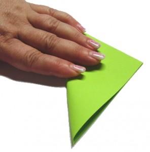 Schritt 1: Quadrat über die Diagonale zum Dreieck falten