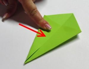 Schritt 3: Ecke, die nicht gefaltet ist, zur Mittelfalz hin falten (auf beiden Seiten)